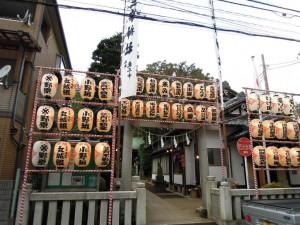 三峯神社(世田谷区砧4-6)お祭り準備(提灯)