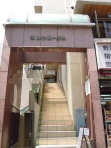祖師ヶ谷大蔵駅南口のベーグルカフェ『SASURAI CAFE』_階段下入口
