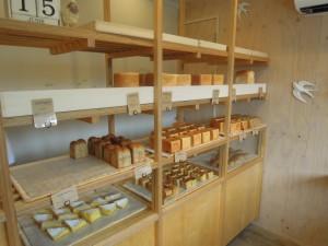 砧4丁目のパン屋さん七七三ベーカリー_パン陳列の様子